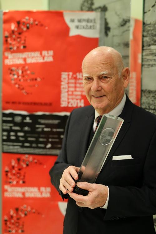 Svetoznámy český maliar a kostýmový výtvarník Theodor Pištek si prevzal   ocenenie MFF Bratislava za umeleckú výnimočnosť vo svetovej kinematografii