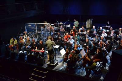 Filharmonie Brno a Plastici pripomenú hodnoty Novembra 89 na unikátnom koncerte